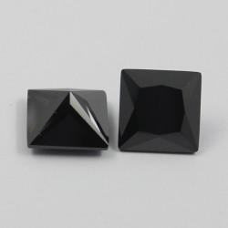 Zircone noire taillée carré...